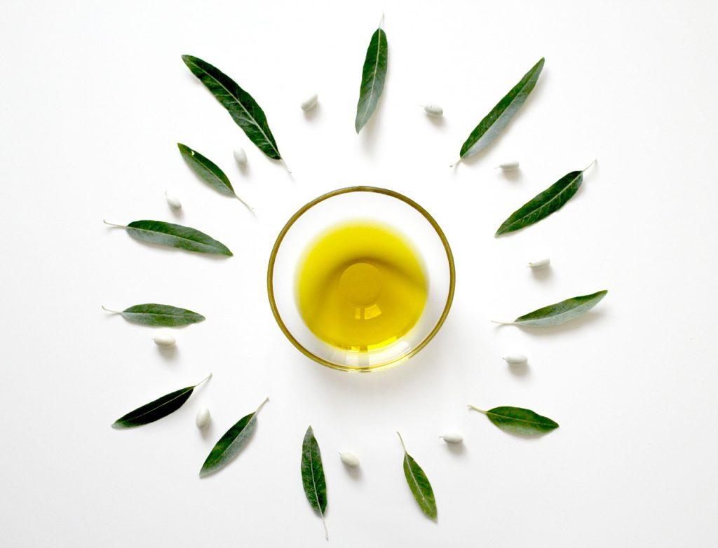 Una ciotola con olio d'oliva